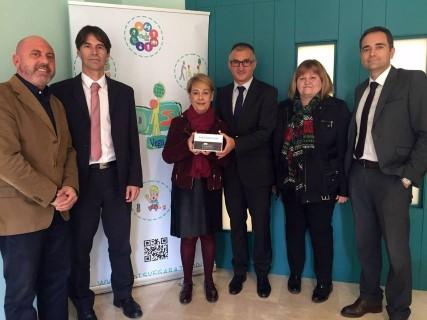 La asociación de personas con diversidad funcional (ADIS) recibe una donación de 3.000 euros por parte de BANKIA para el Centro Especial de Empleo de Benejúzar